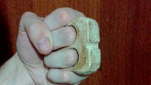 Готовый кастет из дерева на два пальца